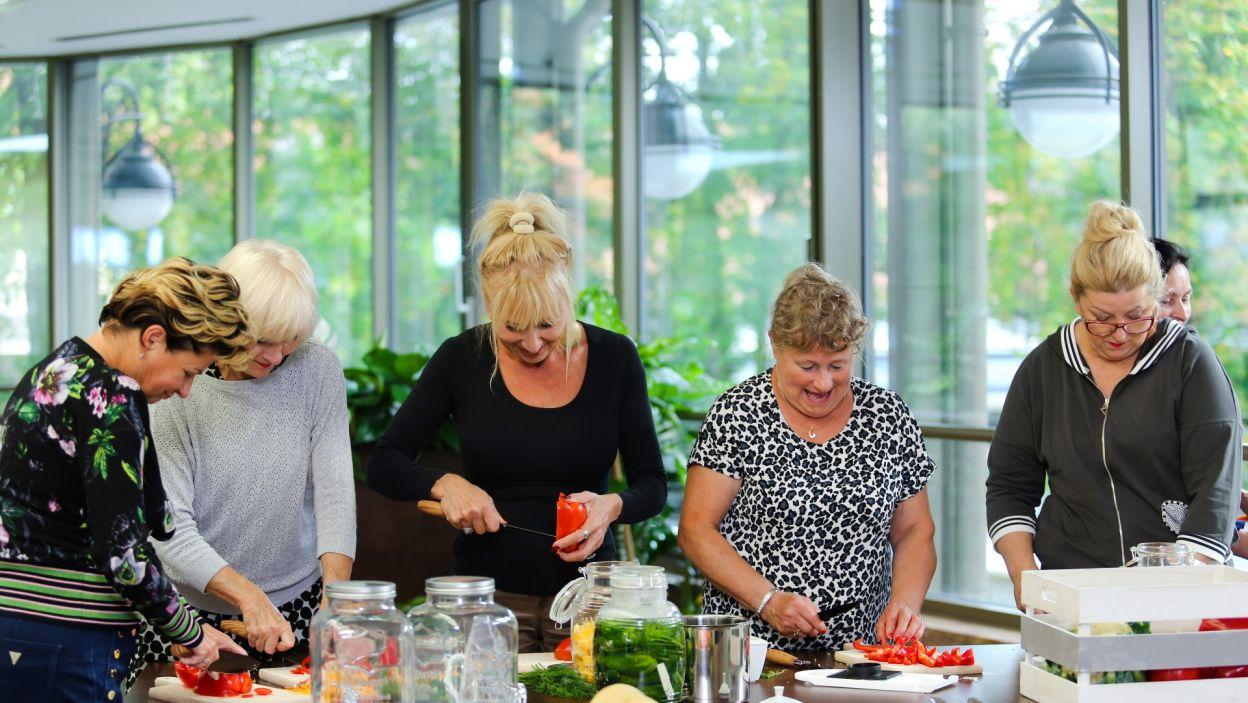 Po obiedzie panie zebrały się w zaimprowizowanej kuchni, by wymienić doświadczenia w produkcji kiszonek, jednak skończyło się na rozmowie znacznie odbiegającej od tematów kulinarnych – na plotkach o kolegach z turnusu. (fot. TVP)