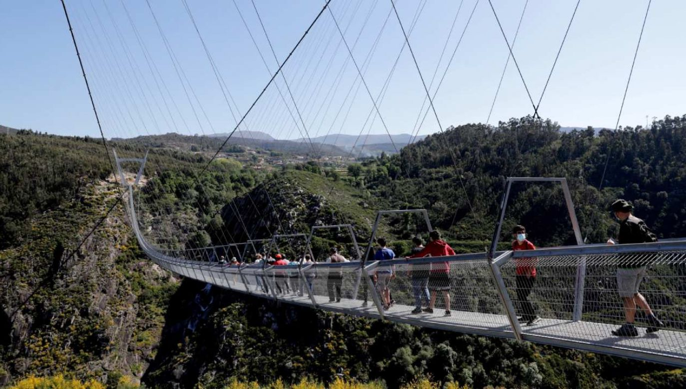 516 Arouca to wiszący most w stylu tybetańskim, podtrzymywany przez stalowe liny i dwie ogromne wieże w kształcie litery V (fot. PAP/EPA/ESTELA SILVA)