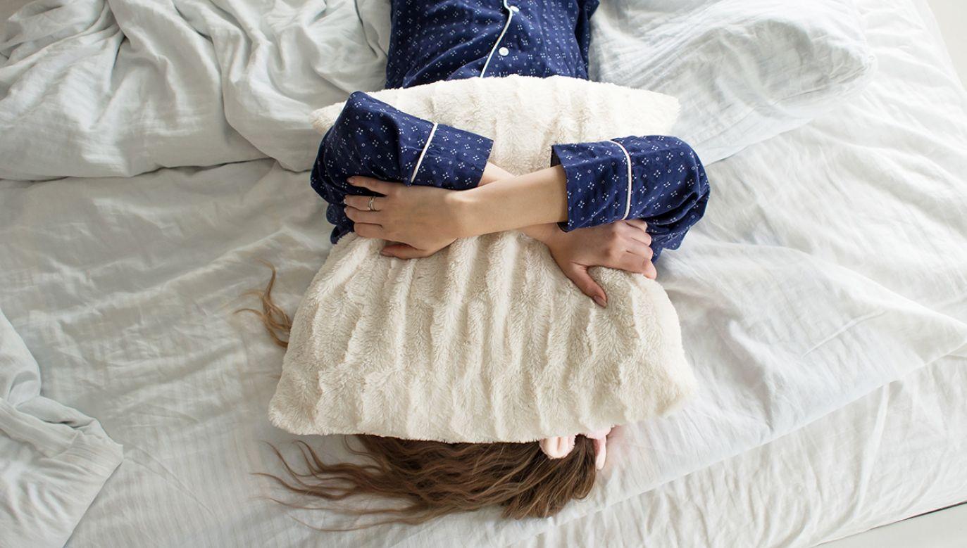Gorzej uwapnione, słabsze kości są bardziej podatne na złamania (fot. Shutterstock/Lia Koltyrina)