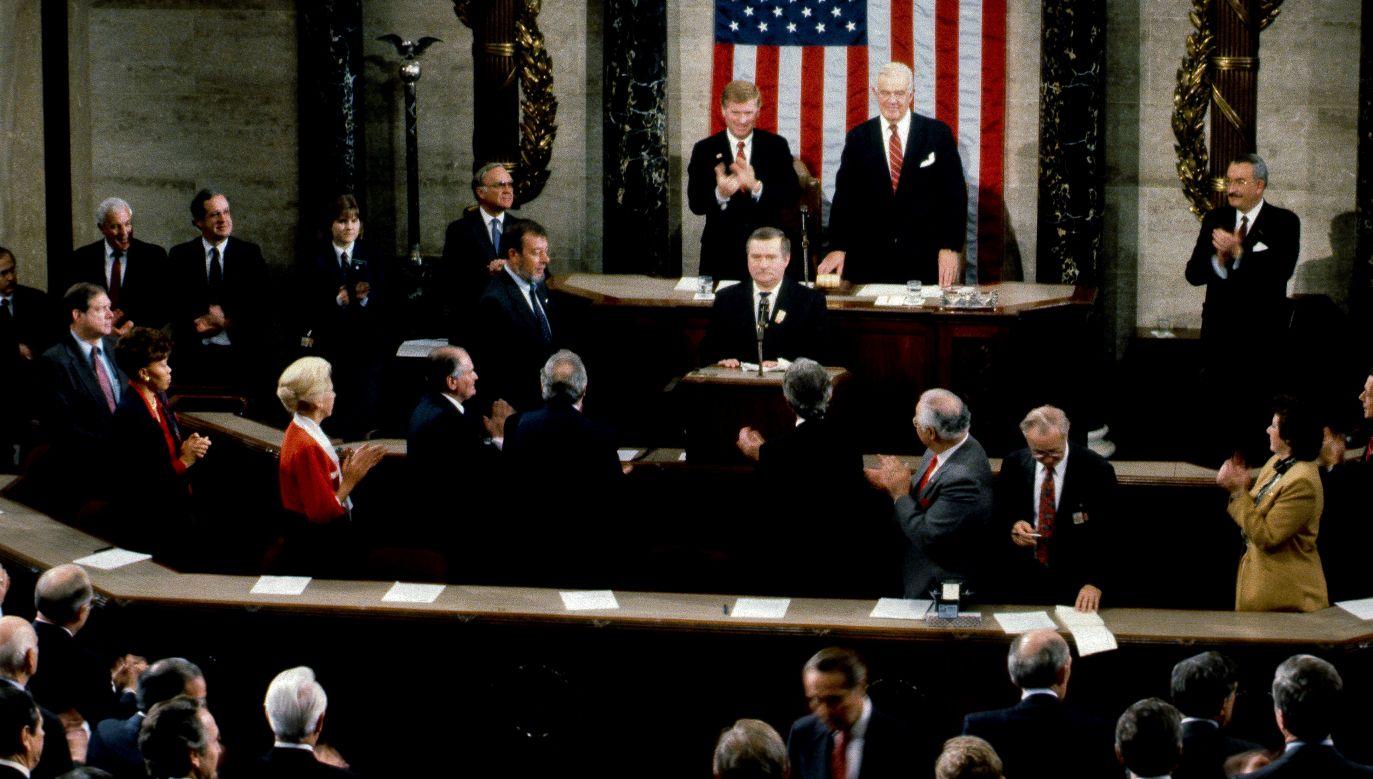 Lech Wałęsa 15 listopada 1989 w Kongresie USA. Po lewej od byłego lidera