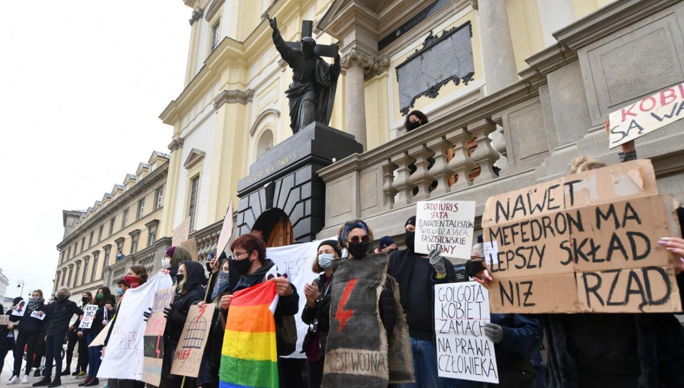 Uczestnicy protestu przeciwko wyrokowi TK ws. aborcji eugenicznej przed kościołem Świętego Krzyża w Warszawie(fot. PAP/Piotr Nowak)