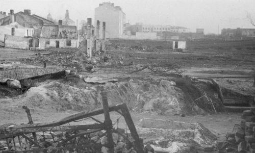 We wrześniu 1939 Niemcy zbombardowali Szpital Starozakonnych, niszcząc kilka budynków, m.in. wszystkie sale operacyjne. W momencie kapitulacji było  w nim ok. 5000 rannych żołnierzy i cywilów. Szpital Zakaźny stracił tylko budynek z izbą przyjęć. Pod gruzami zginęła dr Janina Dalikowska i pielęgniarka-zakonna Wójcik. Na zdjęciu ul. Wolska we wrześniu 1939, widać metalową ramę łóżka, w tle kościół św. Wawrzyńca i wieża cerkwi św. Jana Klimaka. Fot. NAC/Wydawnictwo Prasowe Kraków-Warszawa, sygn. 2-204