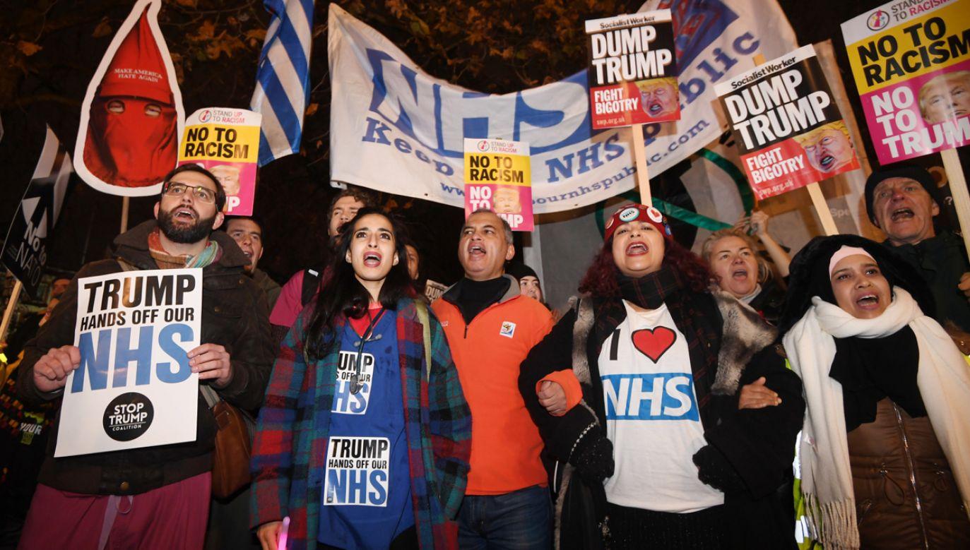 Demonstracja przed Pałacem Buckingham przeciwko wizycie prezydenta USA Donalda Trumpa  w Londynie w pierwszym dniu szczytu NATO  (fot.