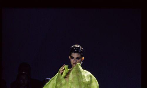 """Japończycy tworzyli """"alternatywne"""" kreacje – rzeźby tekstylne, jak Rei Kawakubo w kolekcji na wiosnę '97. Fot. Guy Marineau/Conde Nast via Getty Images"""