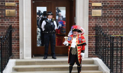 """Tony Appleton, tradycyjny obwoływacz miejski, ogłasza narodziny """"royal baby"""". Fot. PAP/EPA/ANDY RAIN"""