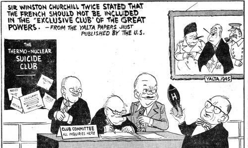 """Satyra z """"Daily Mirror"""" z 1955 r. U górny obraz wodzów Wielkiej Trójki, z których każdy pali tytoń w swej ulubionej formie: Winston Churchill – cygaro, Franklin Delano Roosevelt – papierosa, Józef Stalin – fajkę. Satyra wytyka, że w Jałcie odmówiono włączenia Francji do klubu wielkich mocarstw. Premier Edgar Faure zjawia się więc z bombą atomową i pyta Churchilla, Dwighta D. Eisenhowera i Wiaczesława Mołotowa, czy już może dołączyć do """"klubu samobójców nuklearnych"""". Fot. Mirror/Mirrorpix via Getty Images"""