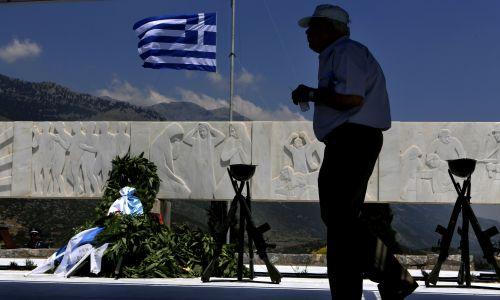 Wieńce przed monumentem w Distomo i grecka flaga opuszczona do połowy masztu podczas 68. rocznicy masakry. Fot. REUTERS / Yannis Behrakis