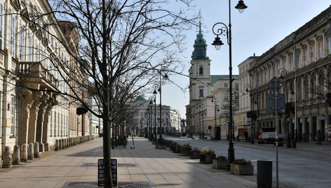 Opustoszała ulica Krakowskie Przedmieście w warszawskiej dzielnicy Centrum (fot.     PAP/Andrzej Lange)