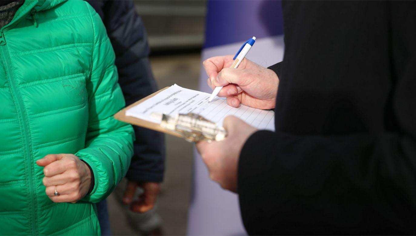Wolontariuszowi zabrano teczkę zawierającą podpisy poparcia (fot. PAP/Łukasz Gągulski)