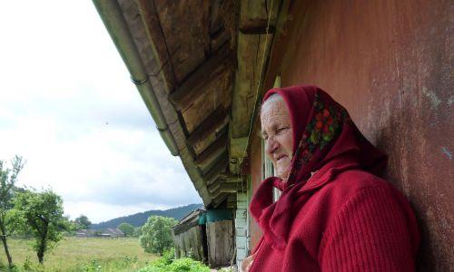Pewna znachorka w Karpatach Ukraińskich dostała zaklęcie od teścia, przed jego śmiercią, na ukąszenie żmii i leczyła ludzi tym sposobem. Podczas spowiedzi nie dostała jednak przez to rozgrzeszenia. Kapłan zakazał jej tego robić. Przez jakiś czas miała dylemat moralny, co wybrać, w końcu wybrała leczenie, choć nadal chodzi do cerkwi. Nie była w stanie zaprzestać tej praktyki, wiedząc, że innym to pomaga. Fot. Olga Solarz