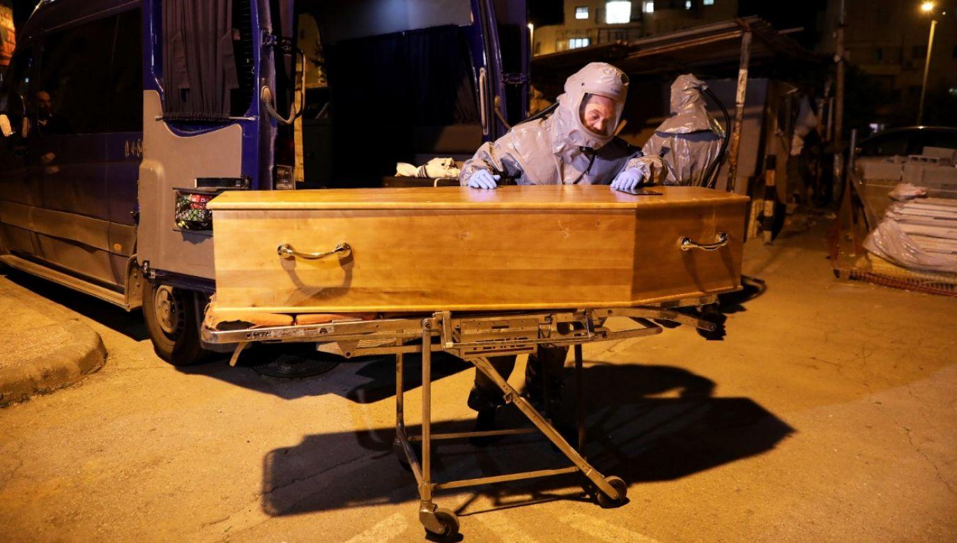 Śmiertelne żniwo epidemii w Hiszpanii (fot.PAP/EPA/ABIR SULTAN)