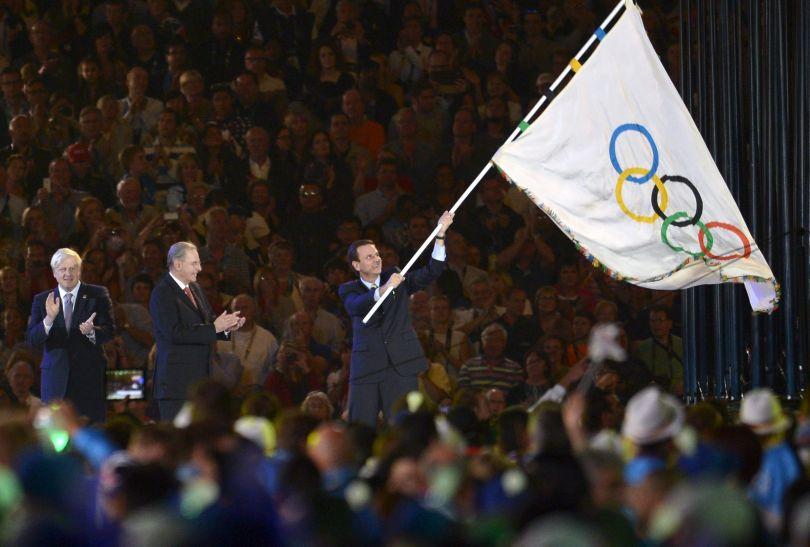 Burmistrz Rio Eduardo Paes otrzymał flagę przewodniczącego MKOl (fot. PAP/EPA)