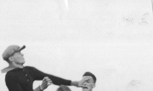 20 czerwca 1931, akcja pod bramką Legii. Od lewej: Stanisław Skwarczyński (bramkarz Legii), Henryk Martyna (Legia), Mieczysław Ogrodziński (Polonia), Alfred Nowakowski (Legia), Zygmunt Jesionka (Legia). Fot. NAC/IKC