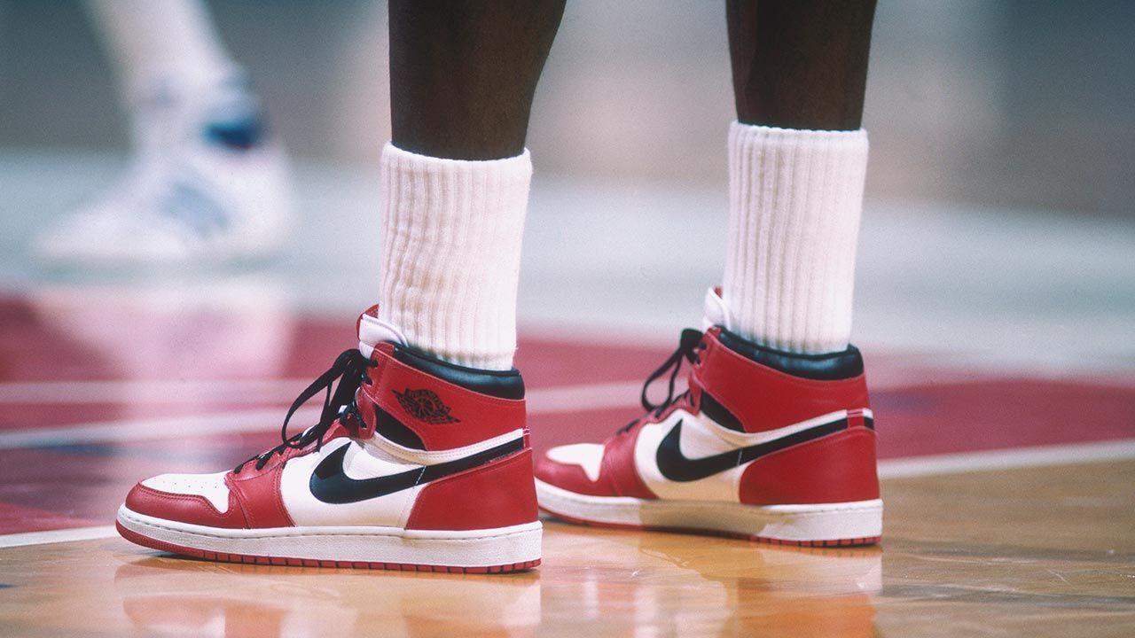 """Na aukcję trafiło też kilka innych par butów słynnego """"Byka"""", który poprowadził Chicago Bulls do sześciu mistrzowskich pierścieni (fot. Focus on Sport via Getty Images)"""