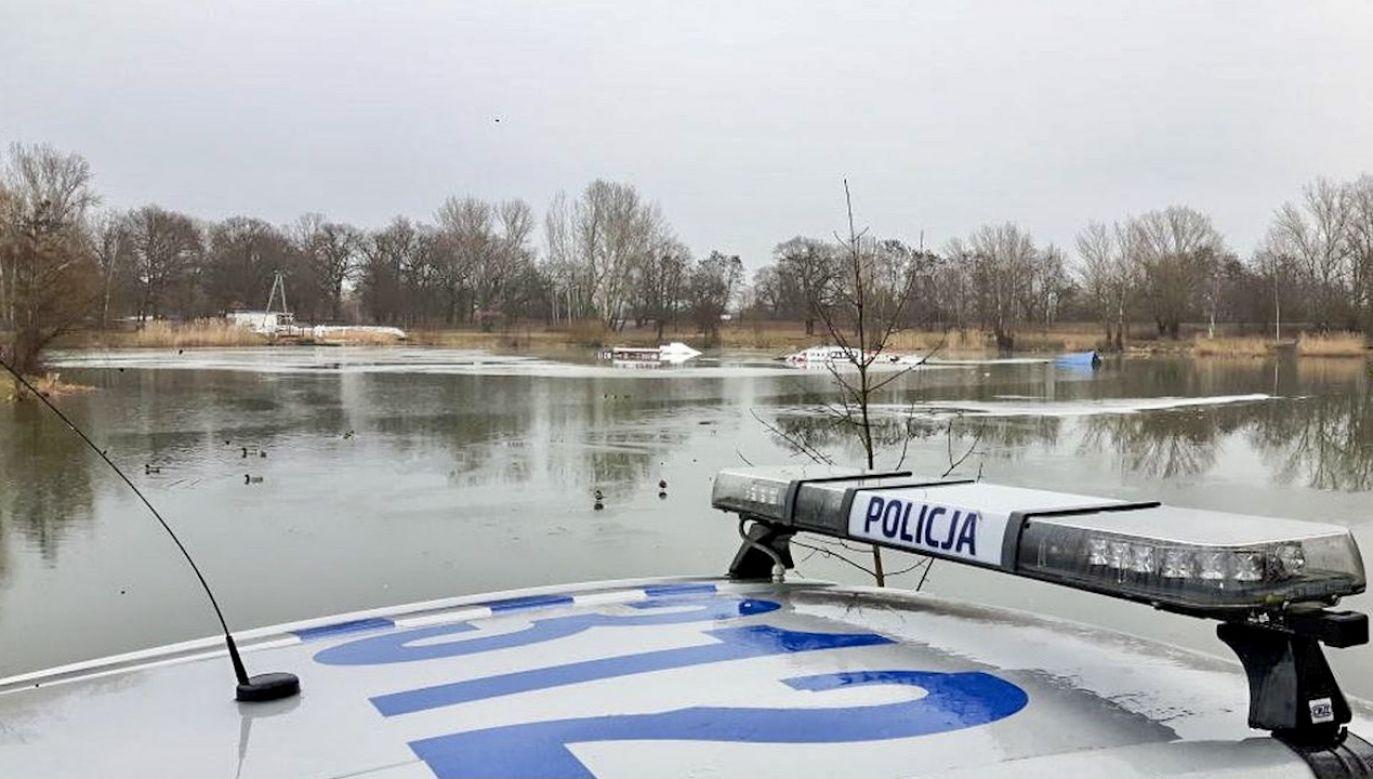 Przy pomoście znaleziono wędki, rzeczy osobiste mężczyzn (fot. policja.pl, zdjęcie ilustracyjne)