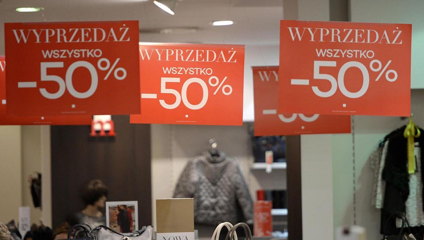 """Żonglerka cenami, """"błędy systemu"""" czy fałszywe przynęty – na konsumentów przygotowano wiele haczyków (fot. PAP/Darek Delmanowicz)"""