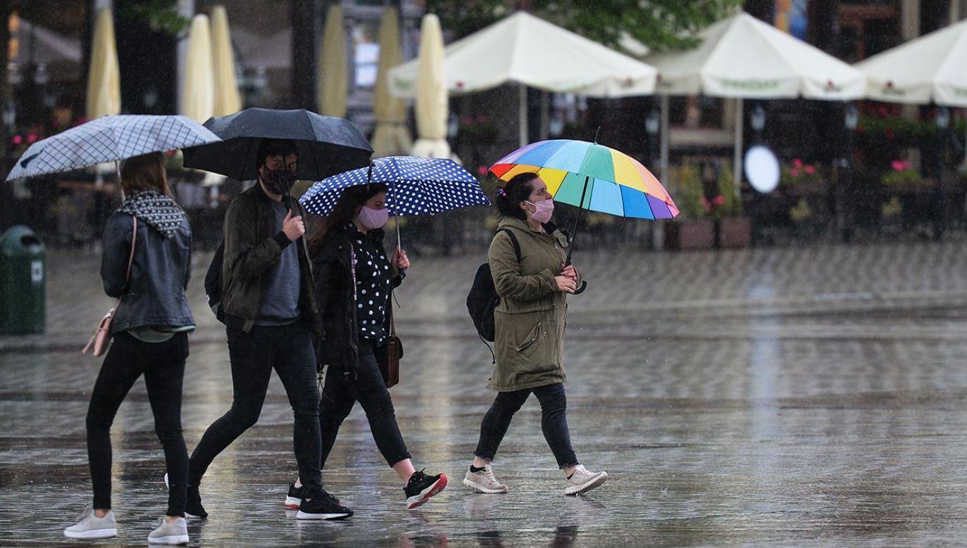 Miejscami pojawią się  burze i opady deszczu (fot. Artur Widak/NurPhoto via Getty Images)