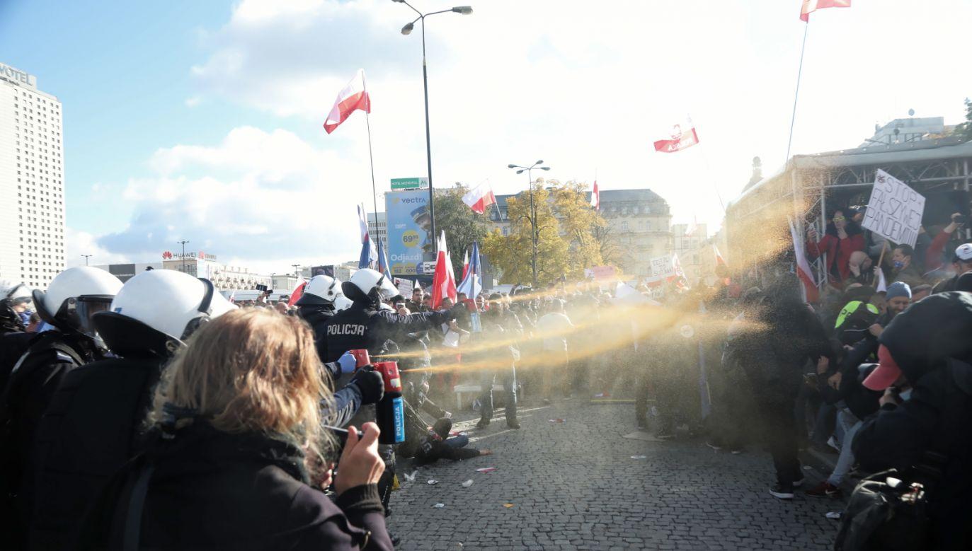 Nadkom Marczak: Czterech policjantów doznało obrażeń, jednego trzeba było przewieźć do szpitala (fot. PAP/Wojciech Olkuśnik)