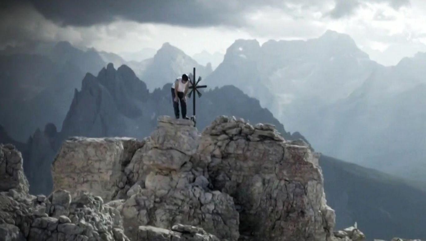 Dani Arnold wspiął się bez żadnych zabezpieczeń i lin na górę liczącą 550 metrów wysokości (fot. TVP Info)