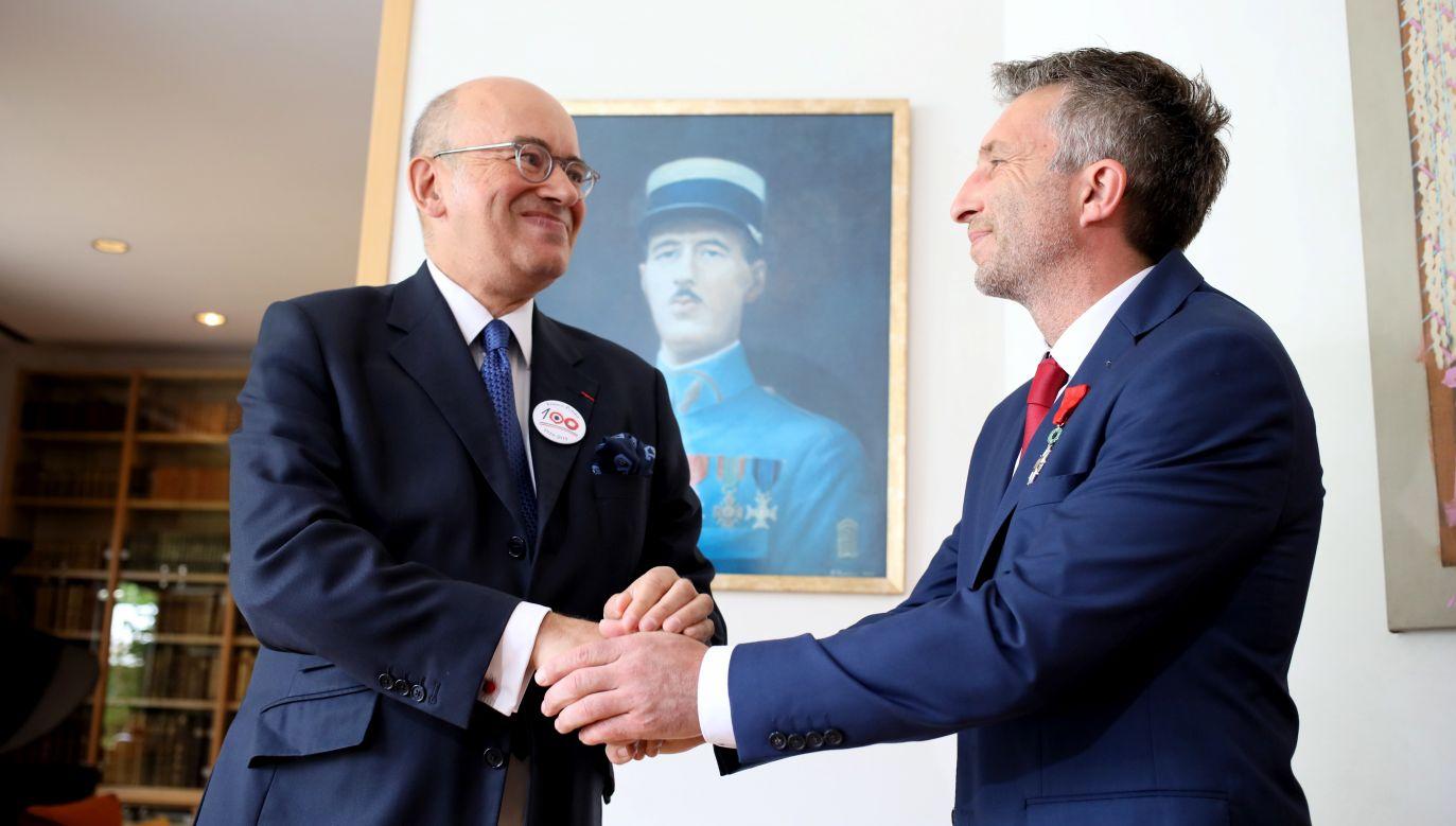 Himalaista Piotr Tomala odbiera od ambasadora Francji w Polsce Pierre'a Levy Narodowy Order Legii Honorowej (fot. PAP/Leszek Szymański)
