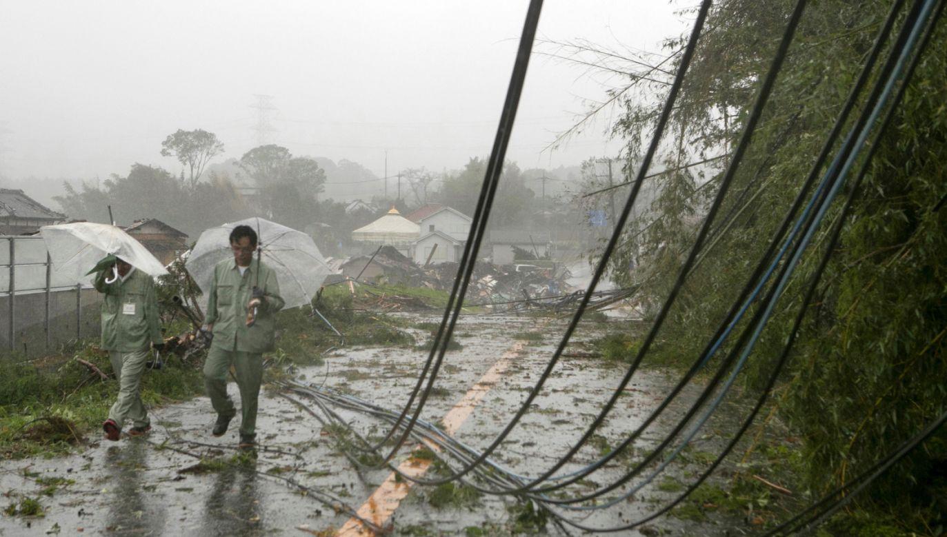 Tajfun spowodował już pierwsze zniszczenia (fot. EPA/JIJI PRESS JAPAN)