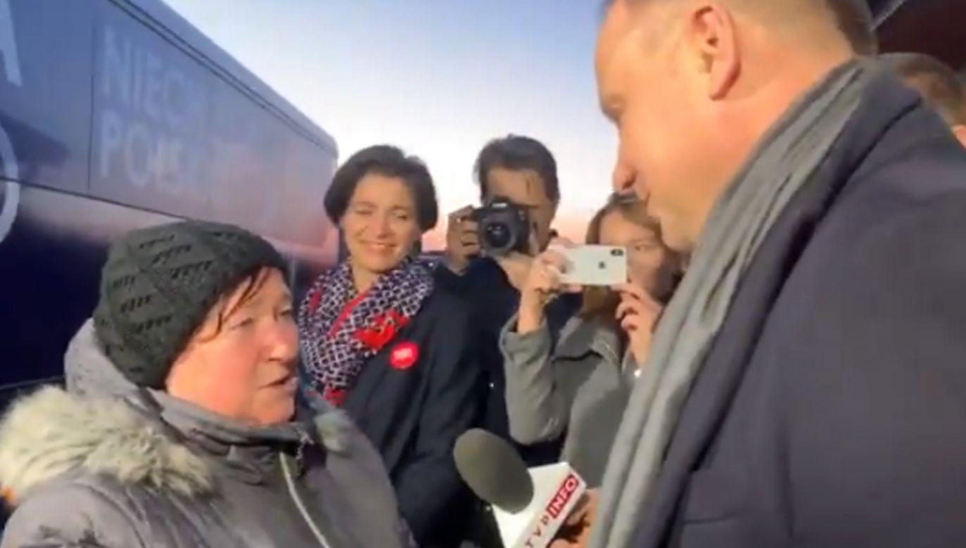 Andrzej Duda rozmawia z jedną z mieszkanek (fot. Twitter/AndrzejDuda2020)
