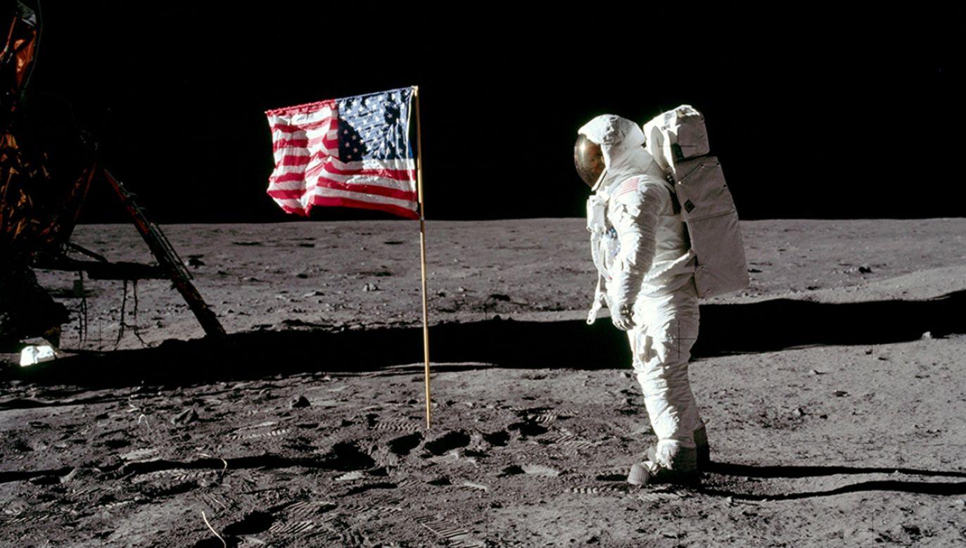 Astronauta Buzz Aldrin, pilot modułu księżycowego dla Apollo 11, pozuje do zdjęcia obok flagi Stanów Zjednoczonych (fot. NASA)