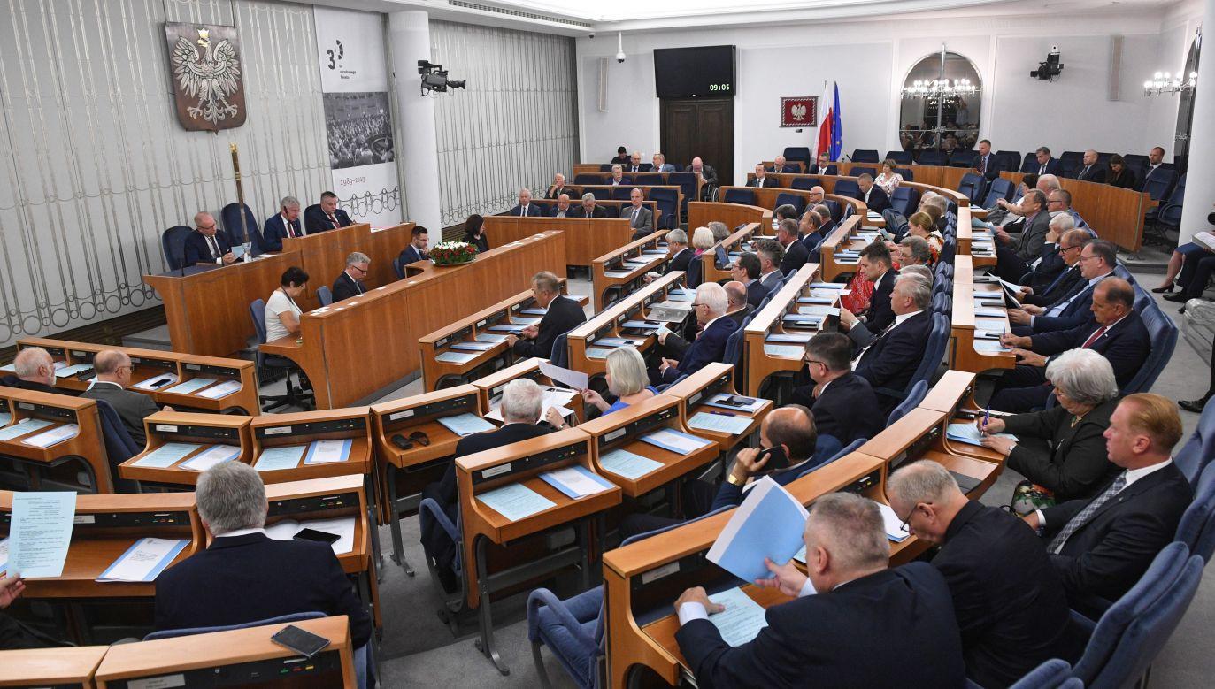 Wybory do Senatu odbywają się w 100 jednomandatowych okręgach wyborczych (fot. arch.PAP/Radek Pietruszka)