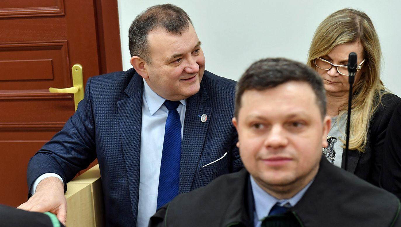 Senator Stanisław Gawłowski (L), jego żona Renata Listowska-Gawłowska (P) oraz adwokat Rafał Wiechecki (C) podczas rozprawy przed Sądem Okręgowym w Szczecinie (fot. PAP/Marcin Bielecki)