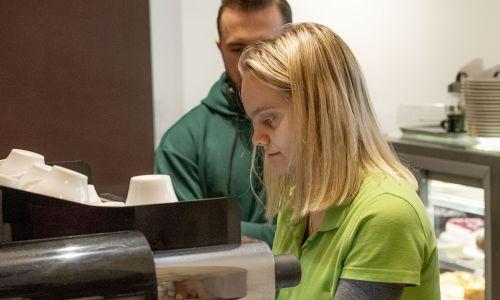 – Spotykaliśmy się przez prawie dwa tygodnie i dzień po dniu trenowaliśmy. Najpierw dezynfekcję klamek, potem stolików. Przypominaliśmy sobie, jak parzy się kawę, jak przyjmuje zamówienia. Dla naszej obsługi te dwa miesiące to bardzo długa przerwa, nie ćwiczyli tych umiejętności każdego dnia i po prostu je zapomnieli – tłumaczy prof. Małgorzata Młynarska, opiekunka Cafe Równik. Fot. Daniel Fabrykiewicz