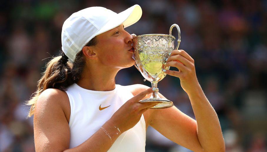 Iga Świątek z pucharem za triumf w juniorskim Wimbledonie (fot. Getty Images)