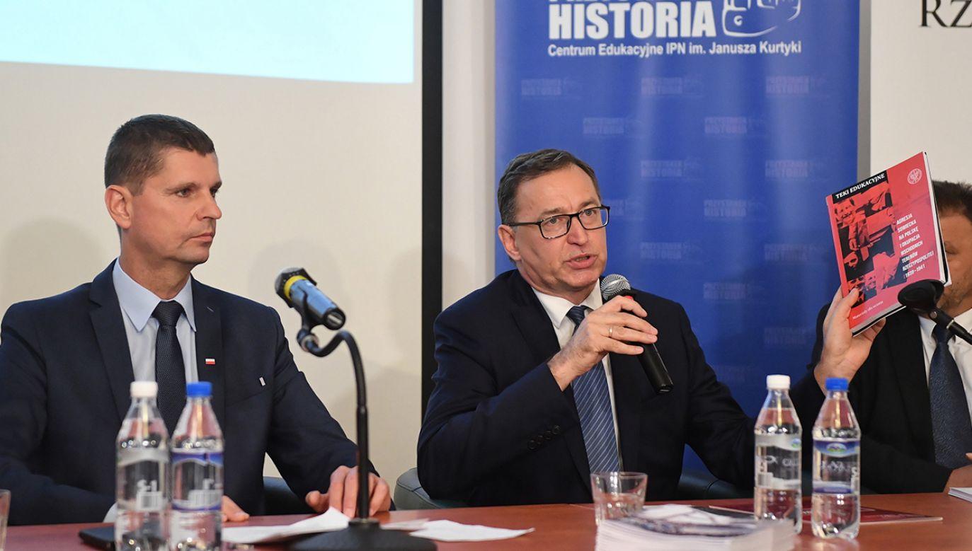 Minister edukacji Dariusz Piontkowski i prezes IPN Jarosław Szarek podczas konferencji (fot. PAP/Radek Pietruszka)