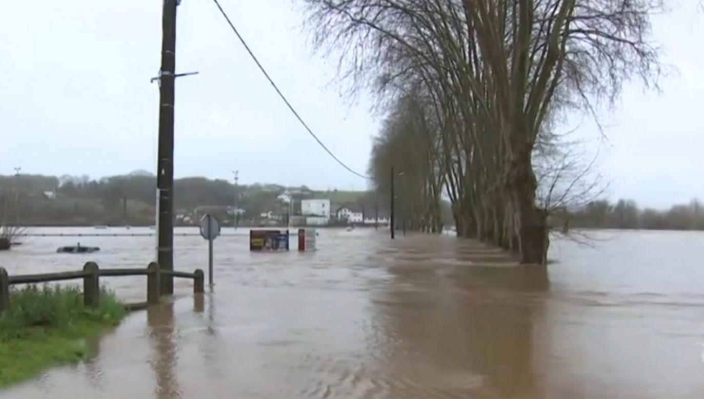 Francji z powodu silnego wiatru i powodzi spowodowanej ulewami zginęło dwóch emerytów (fot. tvp.info)