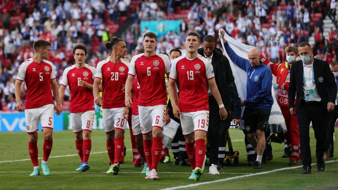 Piłkarze Danii osłaniają nosze z Christianem Eriksenem (fot. Getty)