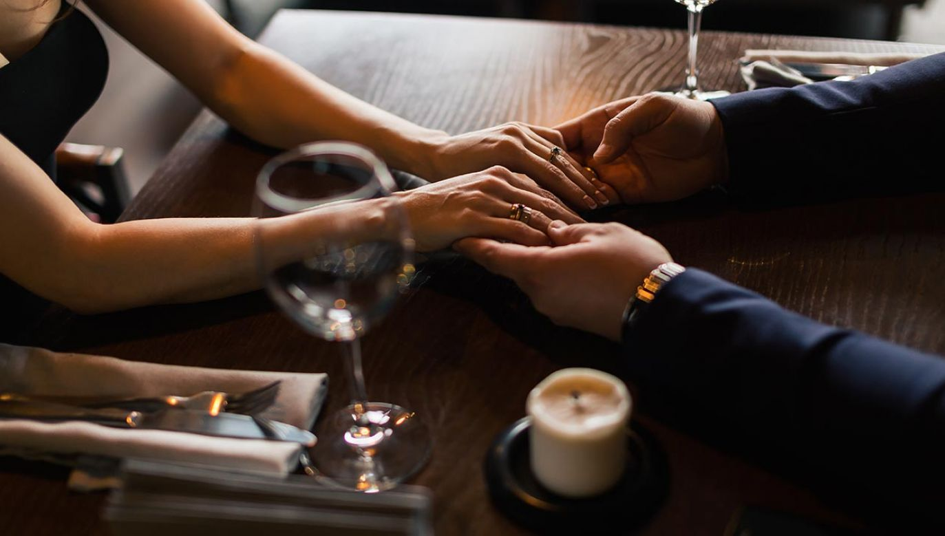 Mężczyzna po pierwszej randce zamieszkał z kobietą i ją okradł (fot. Shutterstock/UfaBizPhoto)