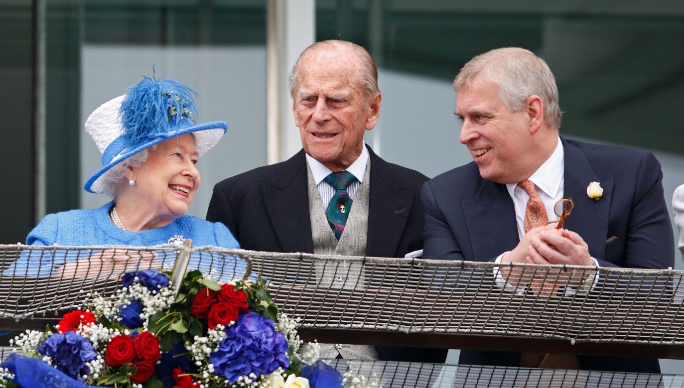 2016 rok. Jeszcze wszyscy razem: królowa Elżbieta, jej małżonek książę Filip i młodszy syn, książę Andrzej na wyścigach konnych w Epsom. Fot. Max Mumby/Indigo/Getty Images