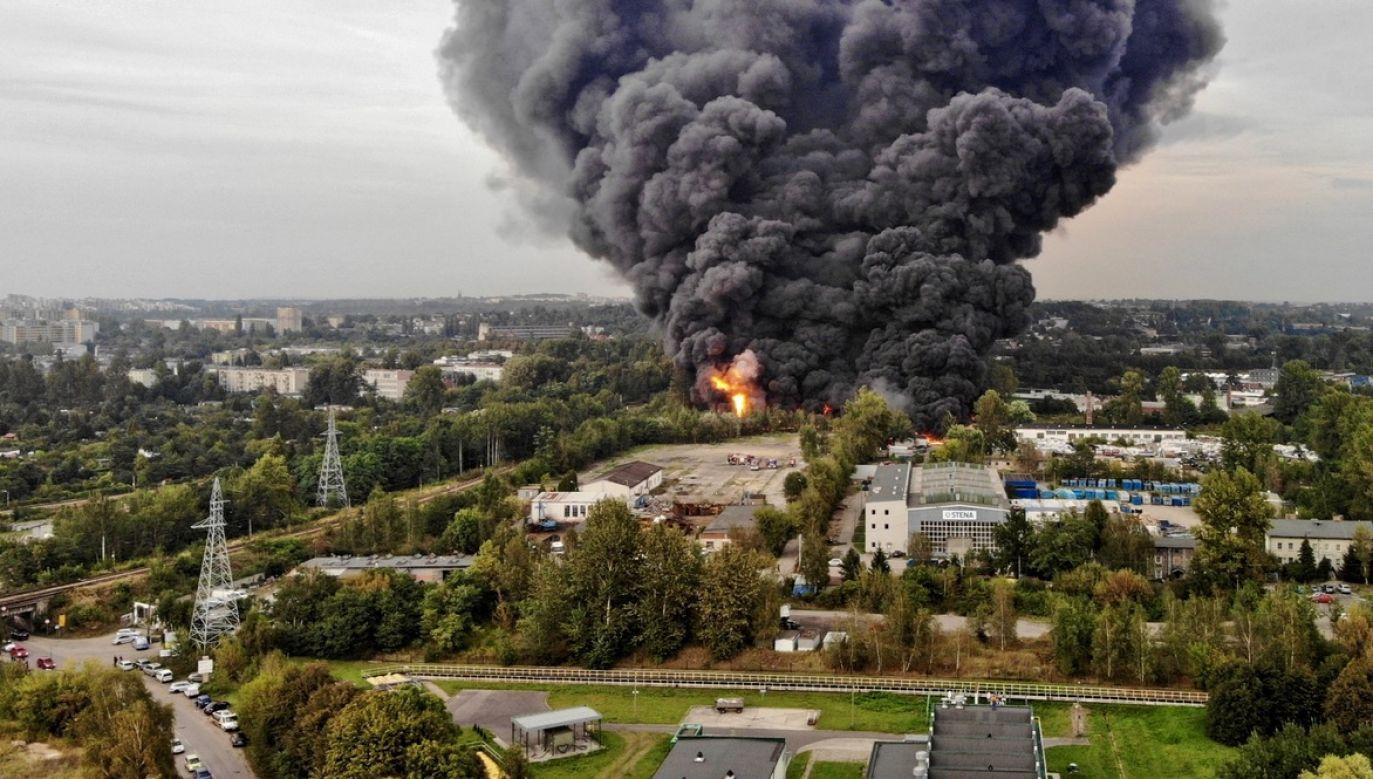 Pożar składowiska odpadów w sosnowieckiej dzielnicy Radocha. (fot. PAP/Andrzej Grygiel)