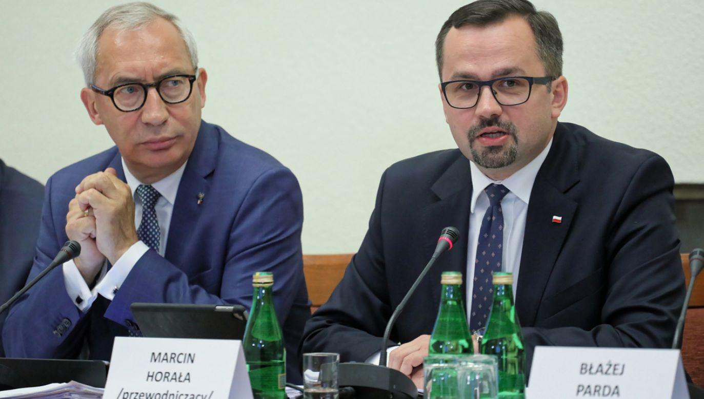 Zastępca przewodniczącego Kazimierz Smoliński (L) i przewodniczący Marcin Horała (P) (fot. PAP/Jakub Kamiński)