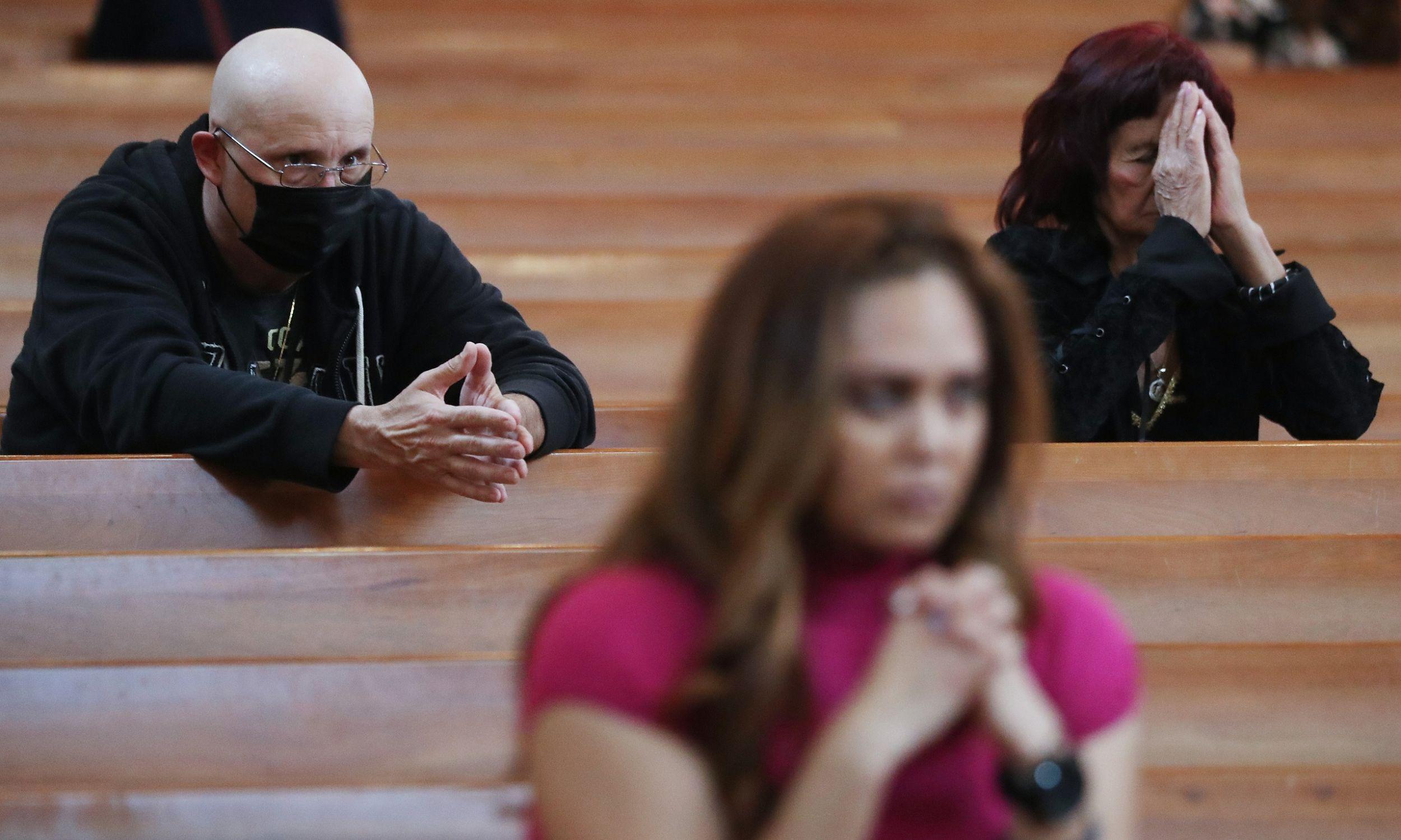 Los Angeles, 26 ltego 2020. Msza święta w Środę Popielcową w katedrze Matki Bożej Anielskiej. Wierny nie jest chory, ale z powodu dużej ostrożności nosił maskę. Fot. Mario Tama / Getty Images