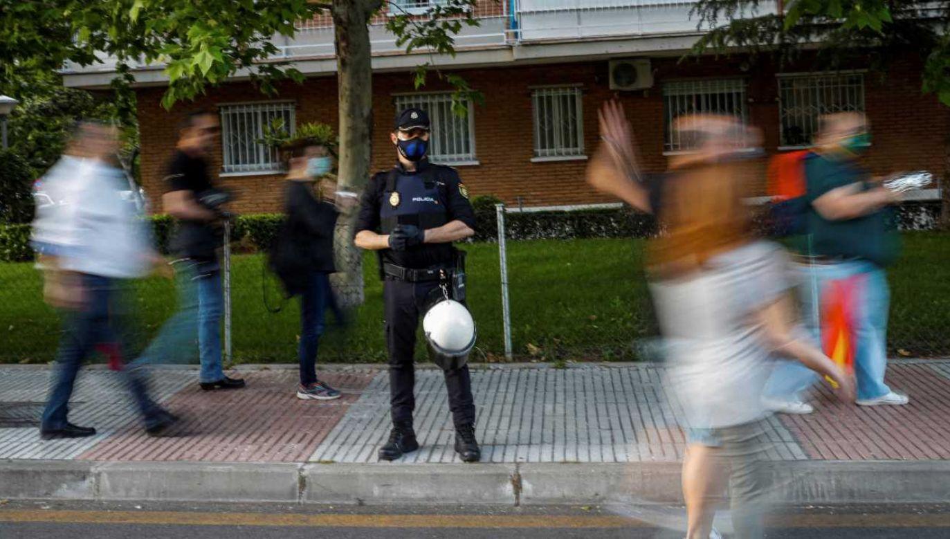 Hiszpańska policja dostosowuje procedury do zmieniającej się sytuacji (fot. PAP/EPA/EMILIO NARANJO)