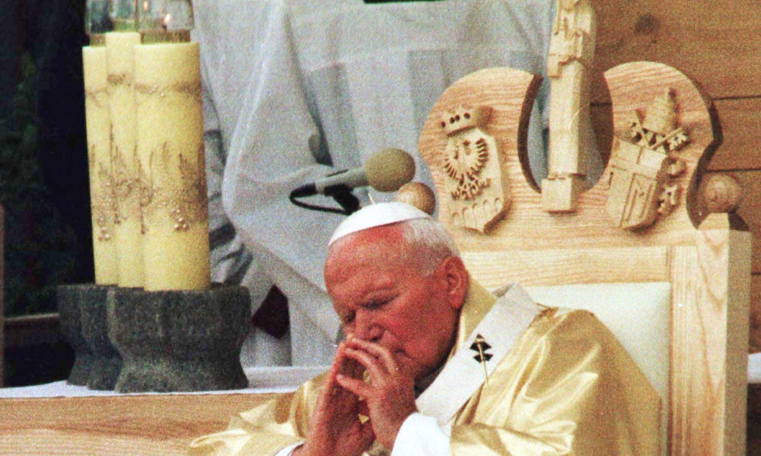 16.06.1999 papież Jan Paweł II celebrował mszę świętą w Starym Sączu podczas której dokonał kanonizacji błogosławionej Kingi - księżnej i założycielki Zakonu Sióstr Klarysek.  Fot. PAP Roman Koszowski