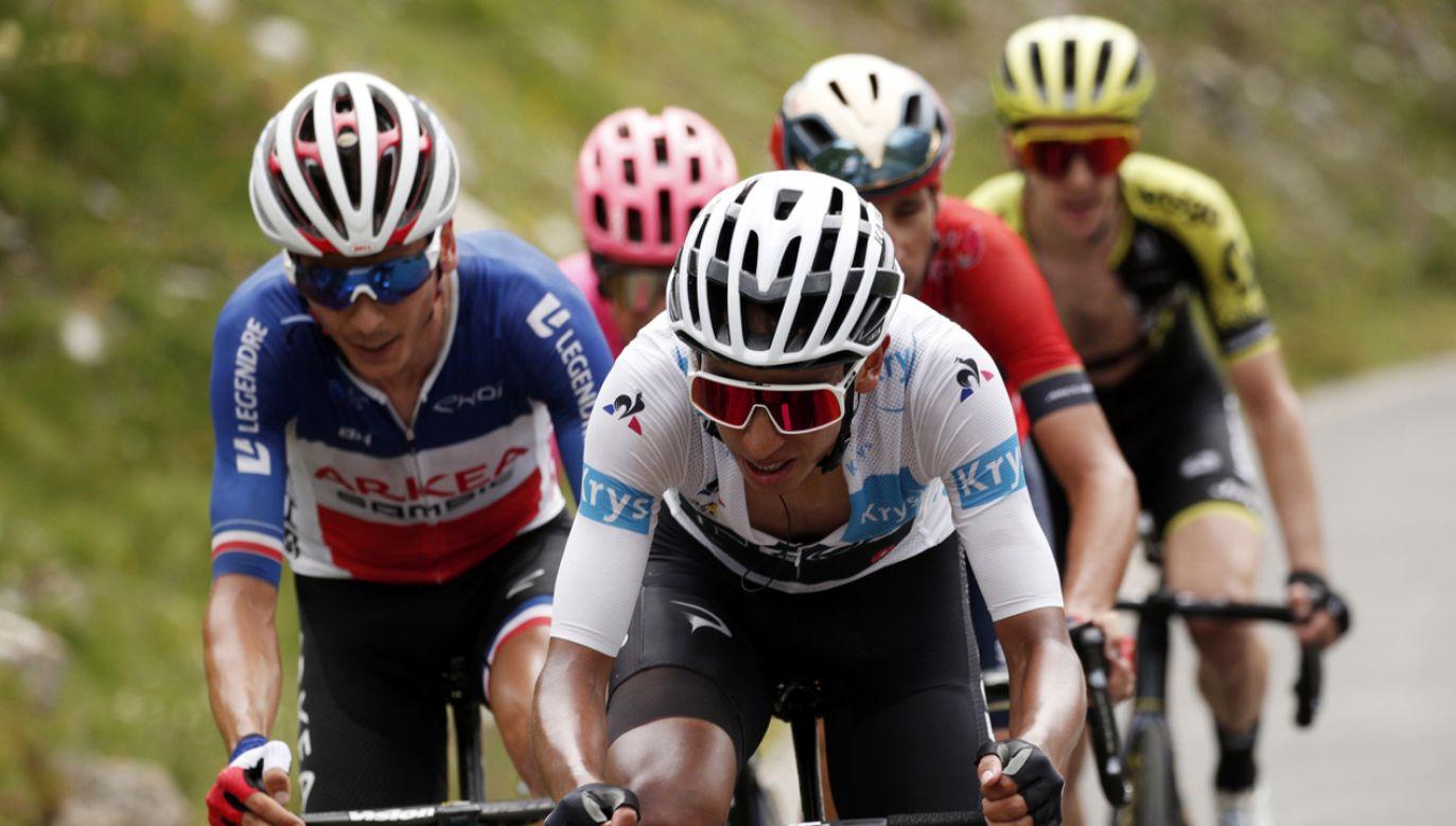 Liderem wyścigu został Kolumbijczyk Egan Bernal (Ineos) (fot. PAP/EPA/YOAN VALAT)
