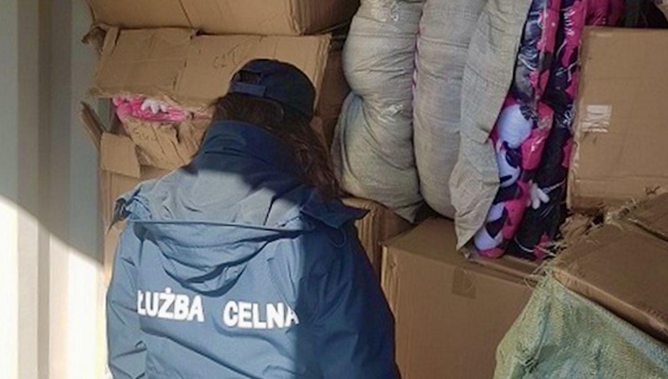 Wśród kilku ton legalnego towaru odkryto kartony wypełnione podrobionymi zabawkami (fot. KAS)