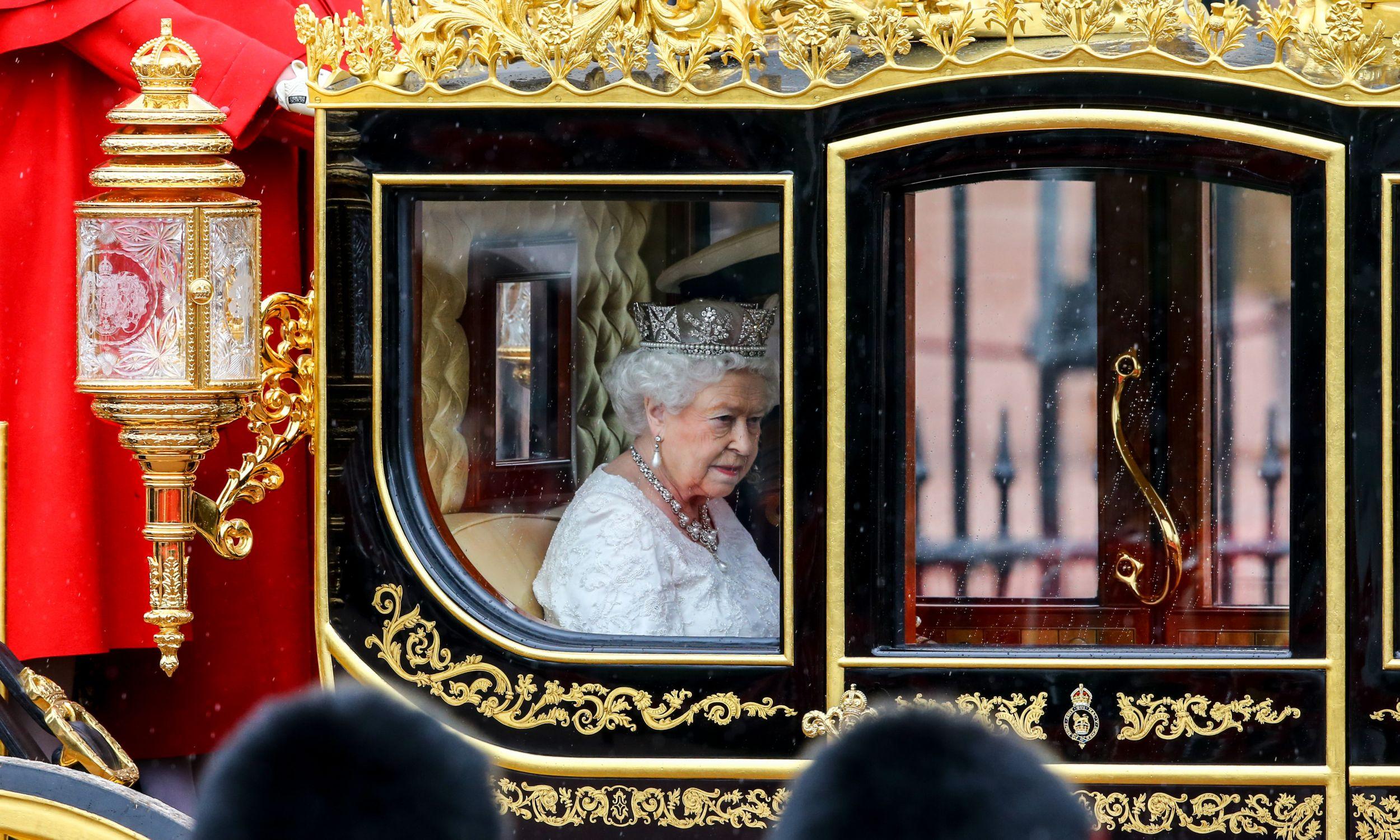 Królowa Elżbieta II z małżonkiem księciem Filipem w drodze z Pałacu Buckingham na posiedzenie parlamentu, maj 2016 r. Fot. Chris Ratcliffe/Getty Images