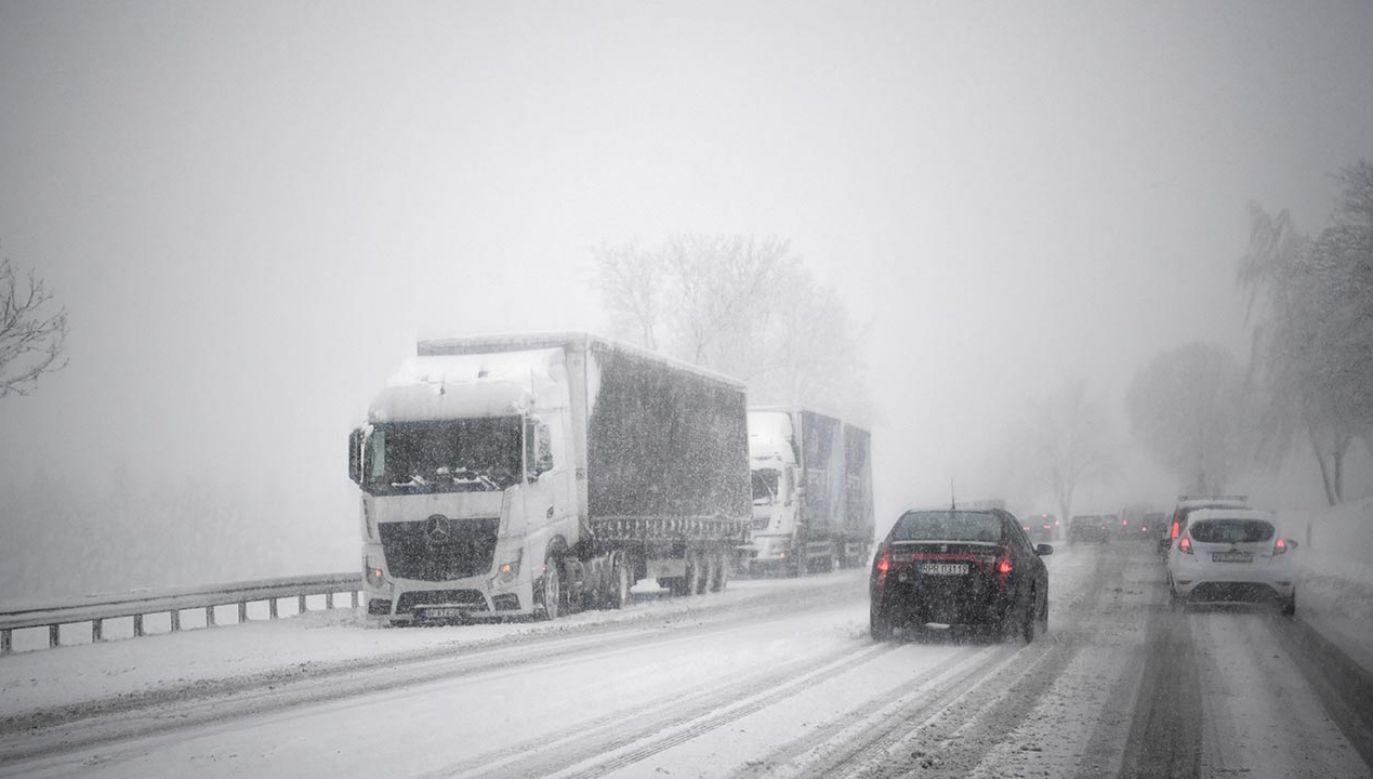 W nocy padający mokry śnieg może powodować na drogach oblodzenia (fot. PAP/Darek Delmanowicz)
