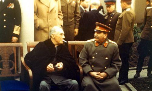 Prezydent USA Franklin Delano Roosevelt (1882-1945) (po lewej) pali papierosa, rozmawiając z sowieckim przywódcą Józefem Stalinem (1878-1953) podczas konferencji w Jałcie, luty 1945 r. Fot. PhotoQuest / Getty Images