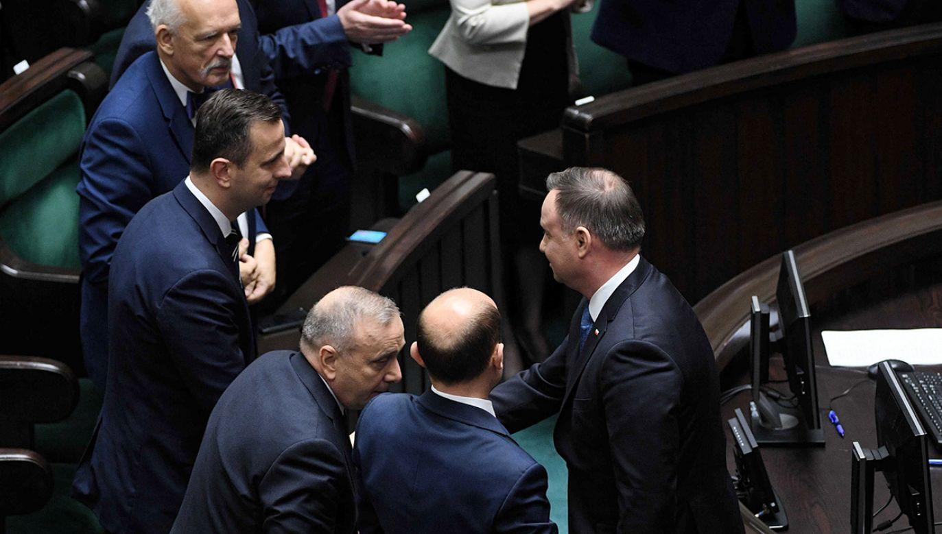 """Czasem mówią: """"ryba psuje się od głowy"""". Głowa jest tutaj – mówił prezydent (fot.  PAP/Radek Pietruszka)"""