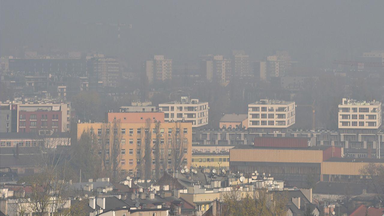 Spaliny samochodowe, inwersja pogodowa i początek sezonu grzewczego spowodowały, że krakowianie wprost duszą się w smogu (fot. arch. PAP/Jacek Bednarczyk)