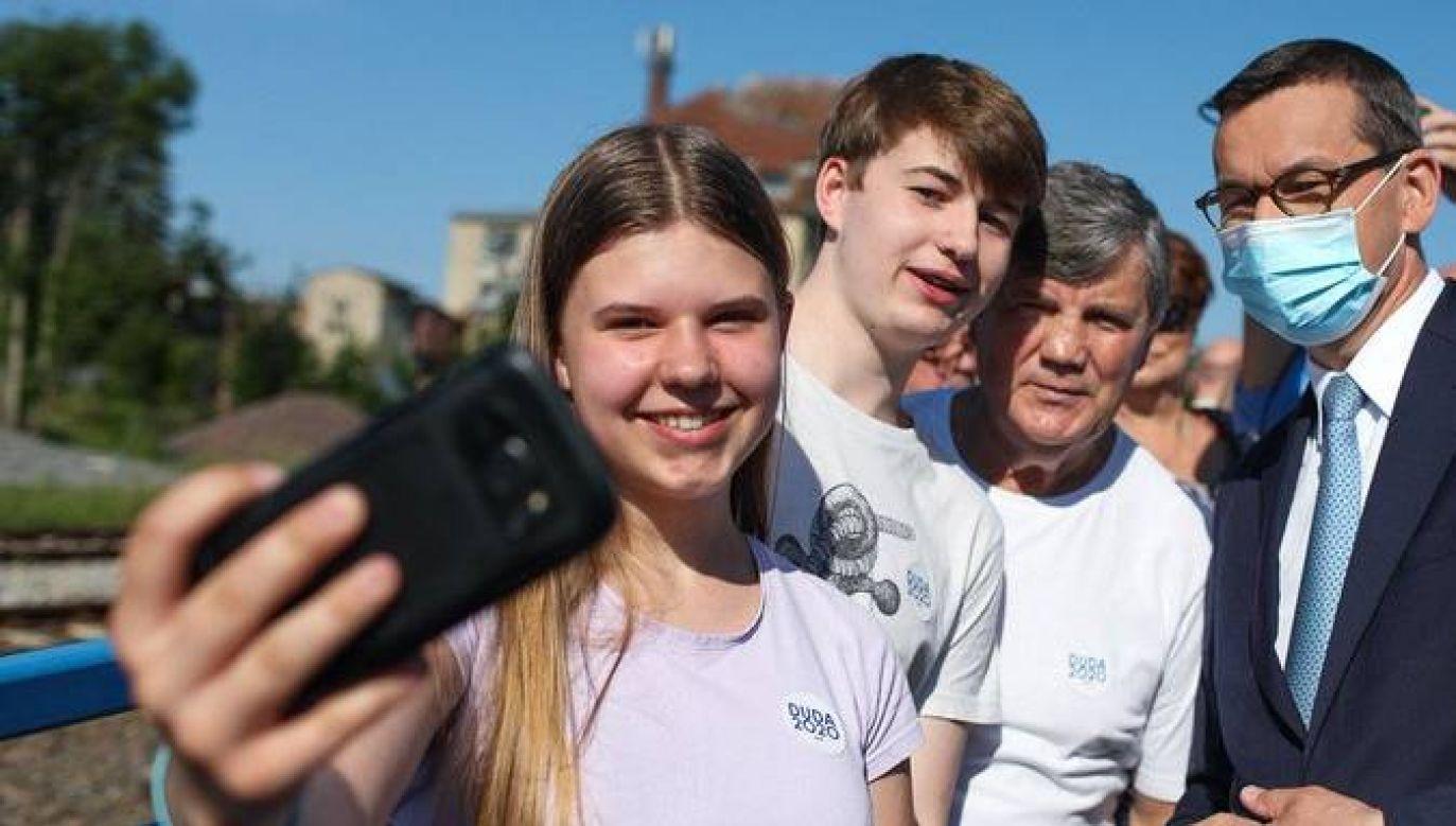 Premier Tadeusz Morawiecki odwiedził mieszkańców Szczytna (fot. Twitter/Kancelaria Premiera)