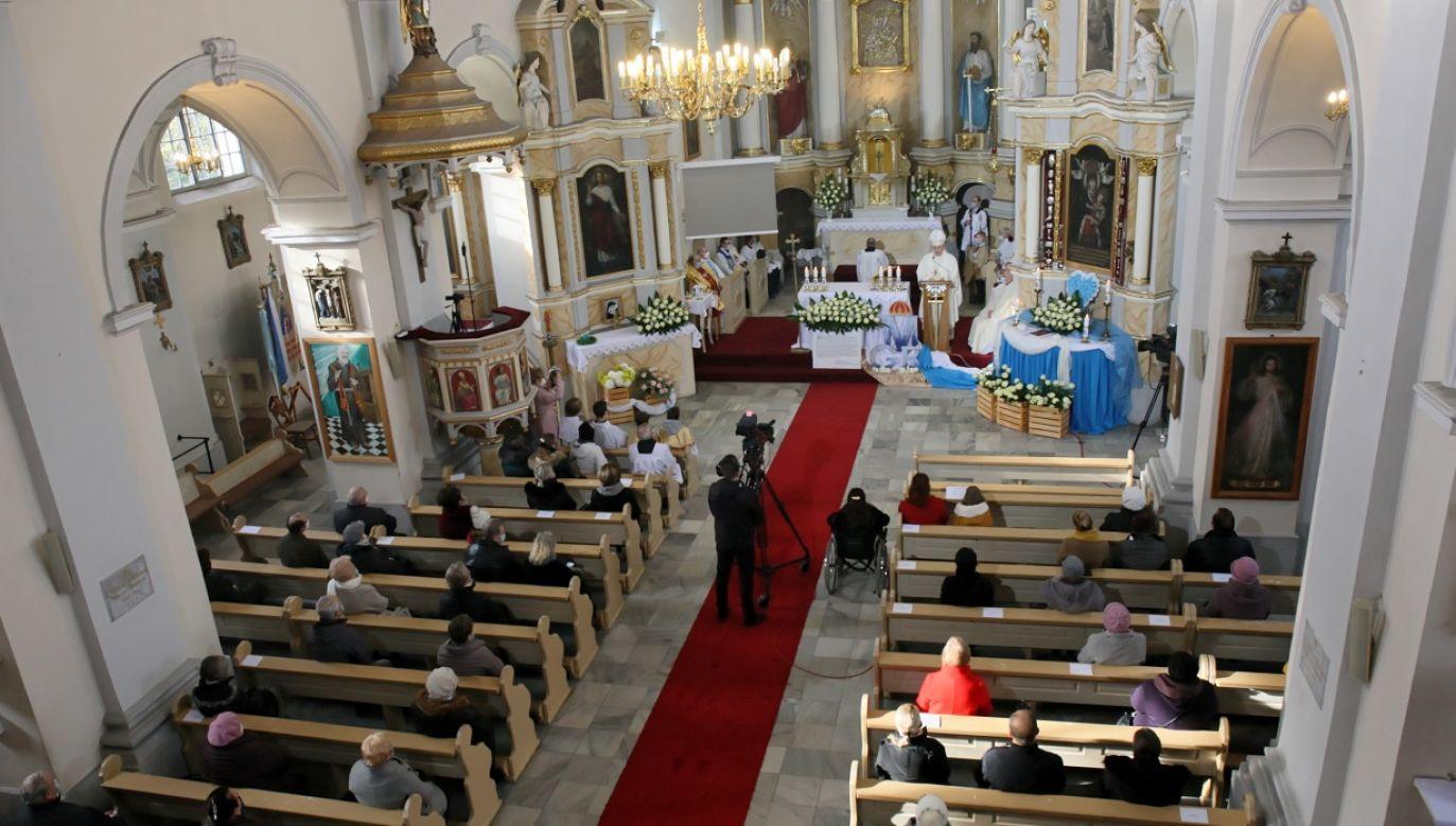 Udział we Mszy przez media to nie to samo, co uczestnictwo w kościele (fot. PAP/Lech Muszyński)